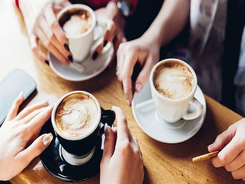 Hình ảnh uống cà phê chiều